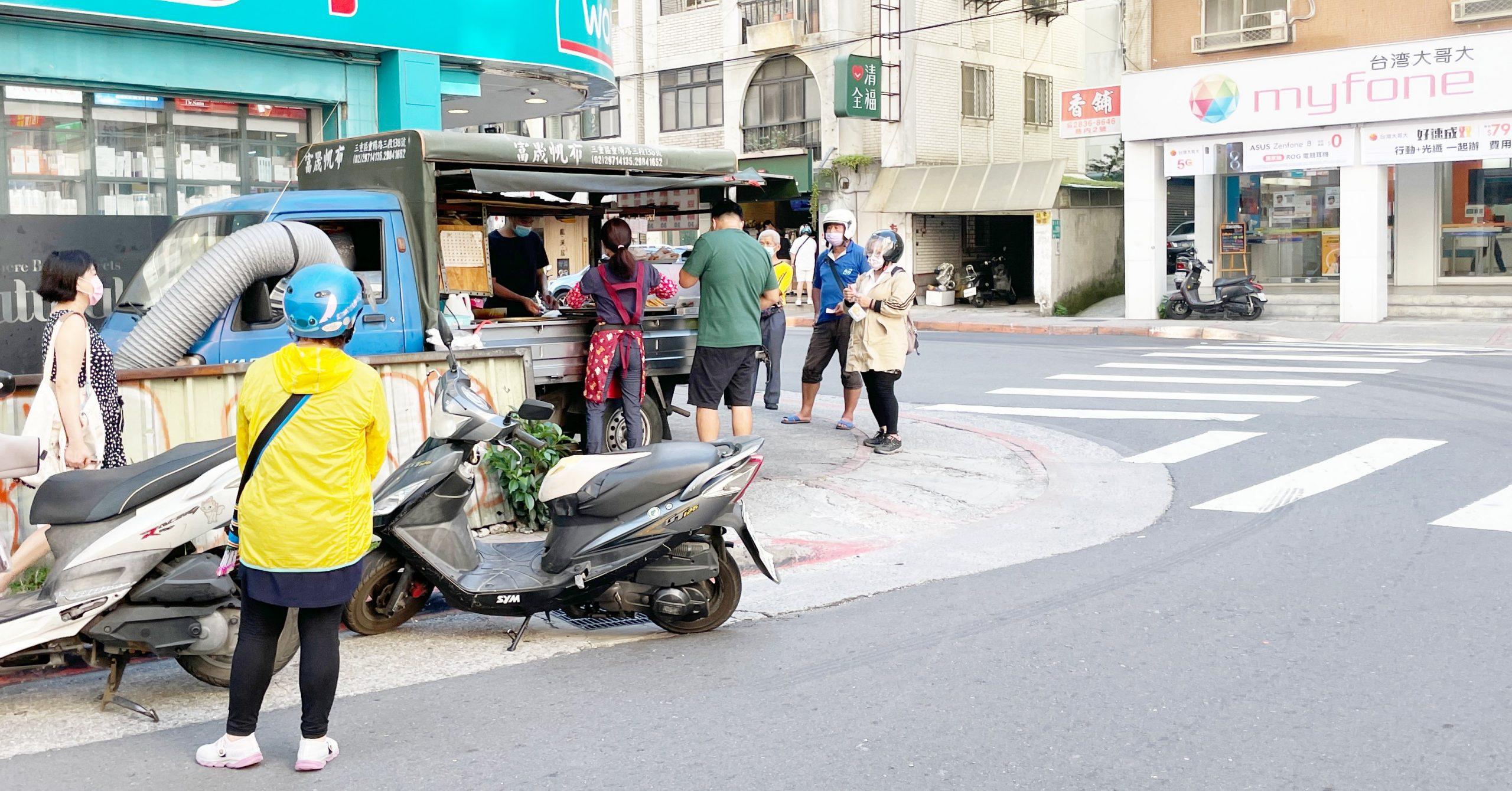 今日熱門文章:【天母美食】小貨車蔥油餅,全部都只要$30!一天只賣四小時